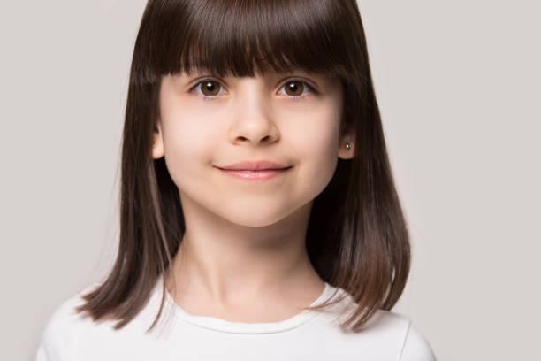 美しい茶色の目の茶色の髪の小さな女の子クローズアップスタジオの肖像画 - gen z ストックフォトと画像