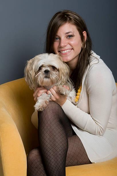 schöne brunette und hund - hunde strumpfhosen stock-fotos und bilder