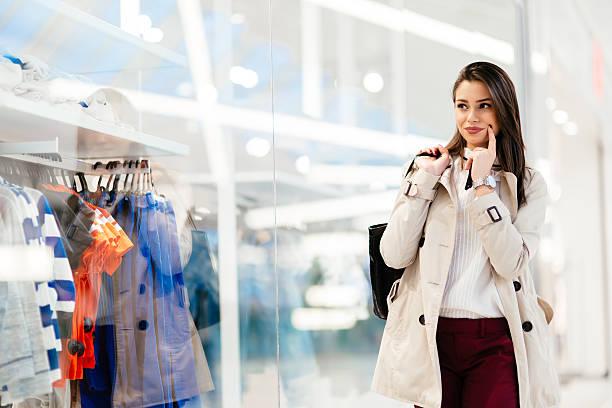schöne brünette kauf kleidung - kleider günstig kaufen stock-fotos und bilder