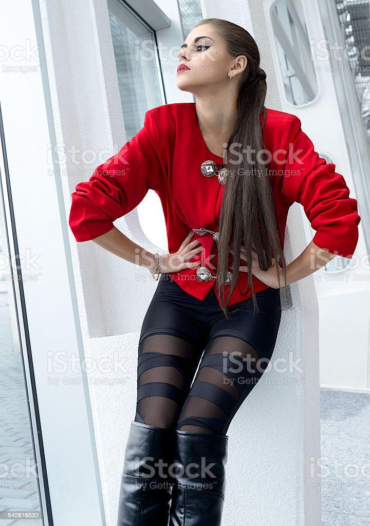 Schöne brünette Mädchen in Mode-Stil – Foto