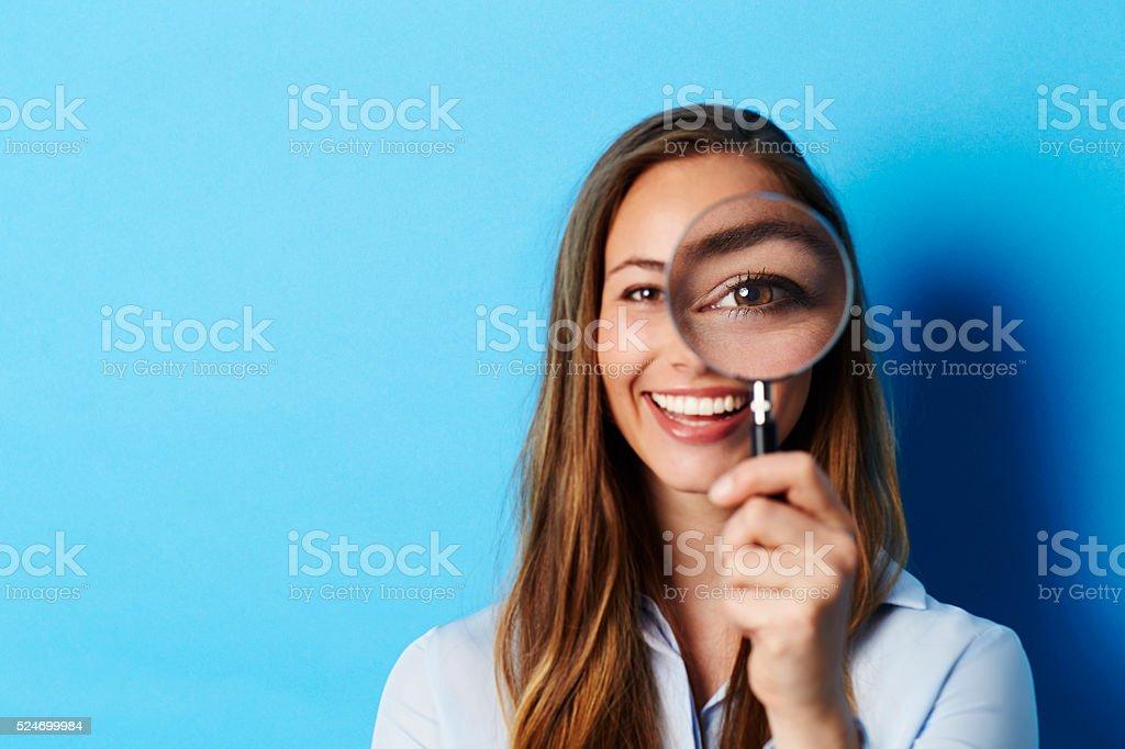 Schöne Brünette im Fokus mit Lupe – Foto