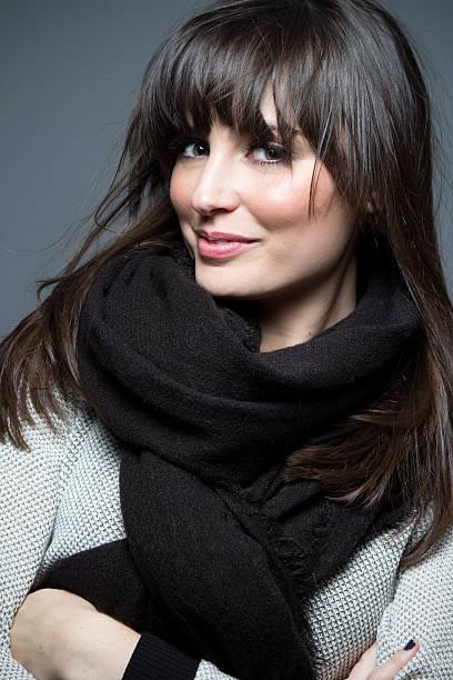 Hermosa modelo usando oscuras Jersey y bufanda. - foto de stock
