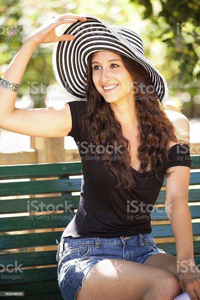 Schöne brunette mit großen Hut – Foto