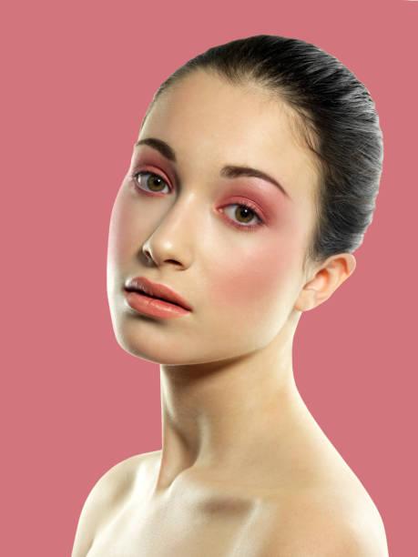 schöne brünette haare gesammelt und licht rosa make-up - lila augen make up stock-fotos und bilder