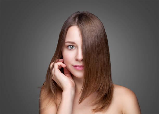 belle brunette avec long cheveux raides - cheveux lisses photos et images de collection