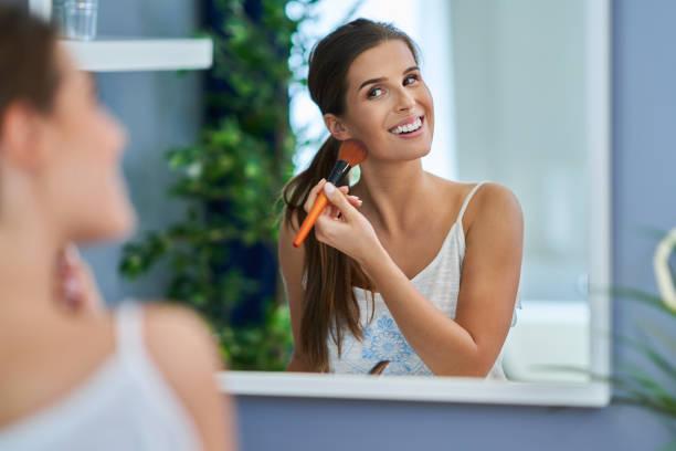 Schöne Brünette Frau Anwendung Make-up im Badezimmer – Foto