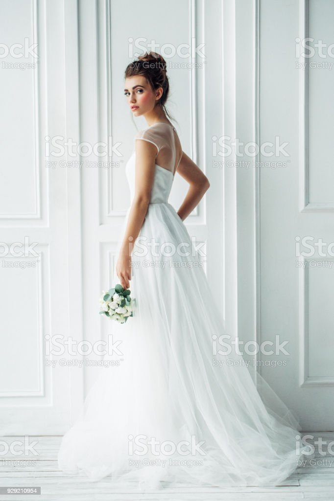 Beautiful brunette woman as bride with wedding bouquet - foto stock