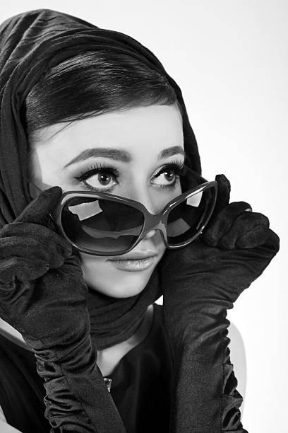 Hermosa mujer oscura en un estilo retro en gafas de sol - foto de stock