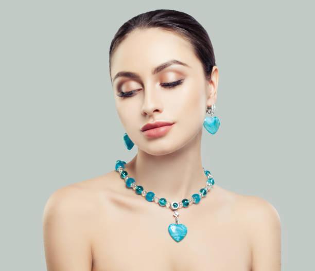 schöne brünette frau in blauen schmuck halskette und ohrringe mit diamanten und jasper, mode beauty portrait - türkise haare stock-fotos und bilder