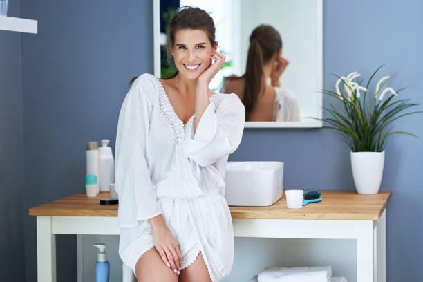 Schöne Brünette Frau im Badezimmer – Foto