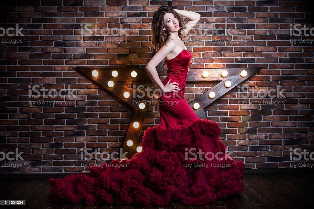 Schöne Brünette Frau Modell In Luxus Rot Kleid Stock-Fotografie und ...
