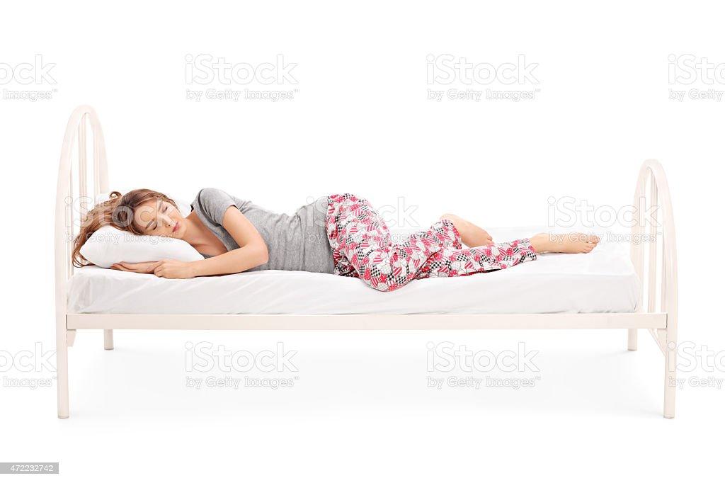Schöne brunette Frau schlafen im Bett – Foto