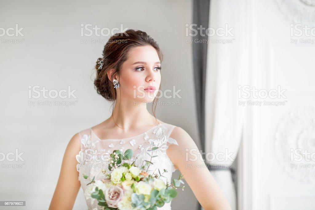 Mujer morena vestida de novia