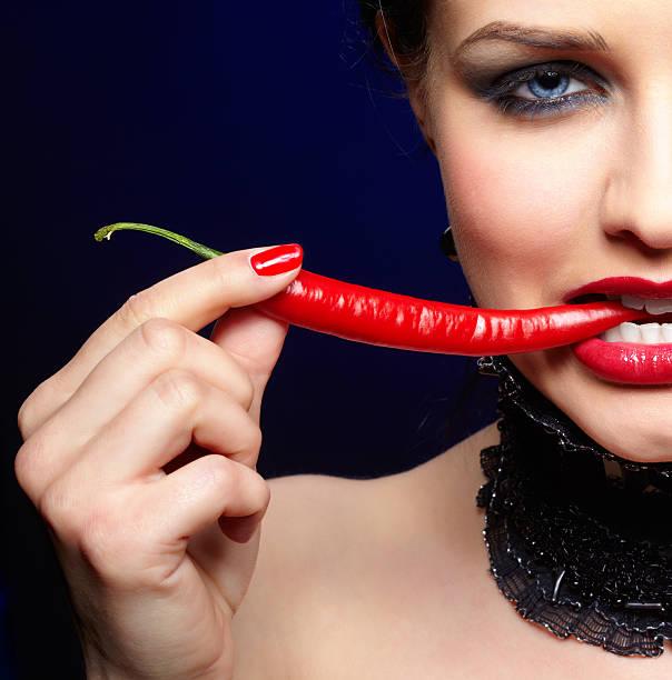 Schöne brunette Frau mit cayenne – Foto