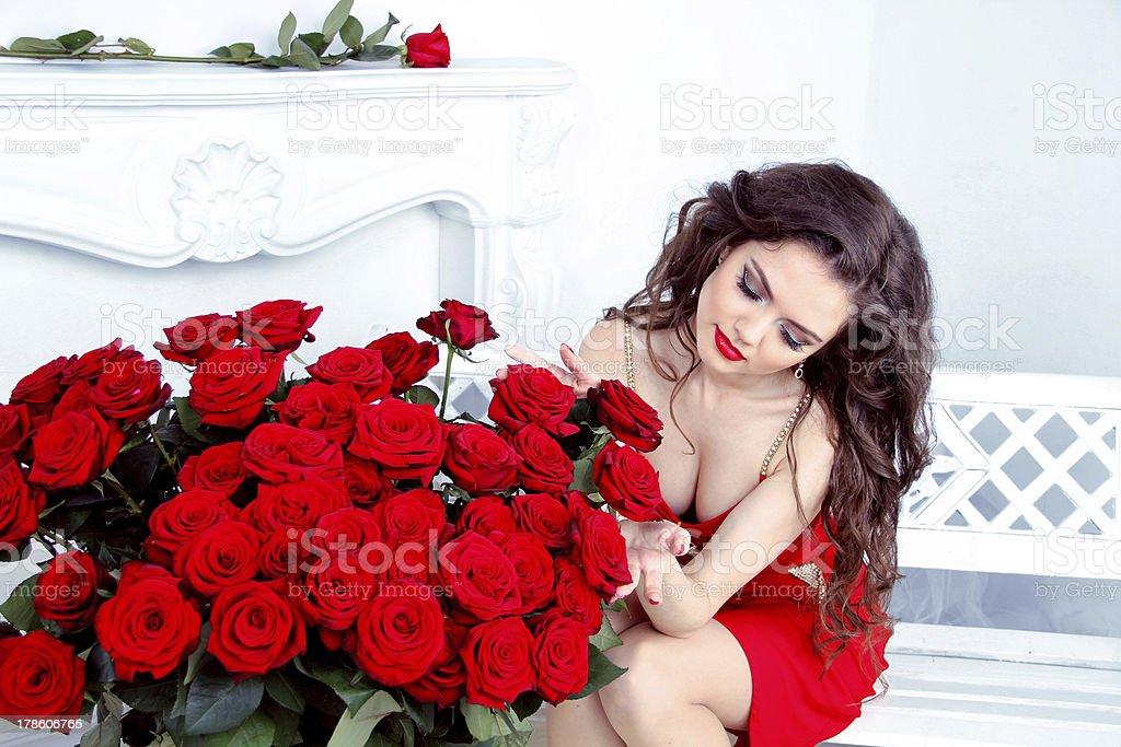 Красивая брюнетка женщина с красных роз Букет цветов стоковое фото