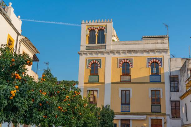 Schönes Gebäude und Orangenbäume auf einer Stadtstraße, Cordoba, Andalusien, Spanien – Foto