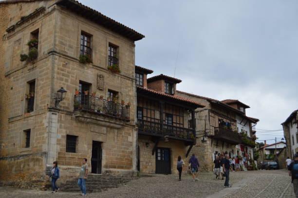 Schöne Gebäude in der Arenas Platz In der mittelalterlichen Villa In Santillana Del Mar. – Foto
