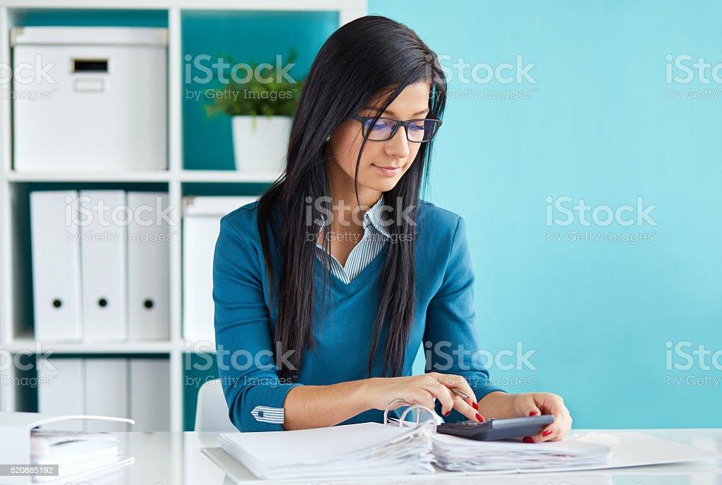 Hermosa mujer de negocios calcula el impuesto - foto de stock