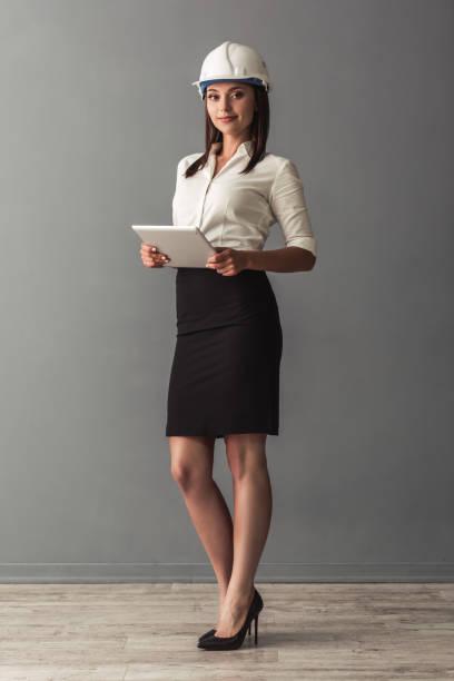 hermosa mujer de negocios - arquitecta fotografías e imágenes de stock