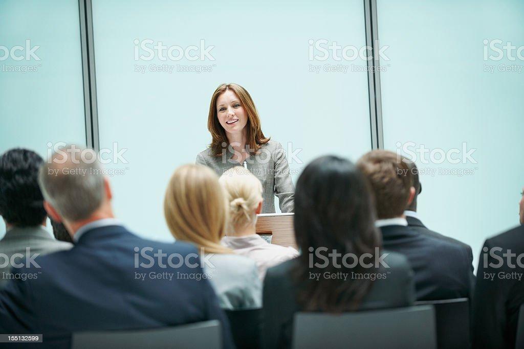 Hermosa mujer de negocios que presentan en una conferencia - foto de stock