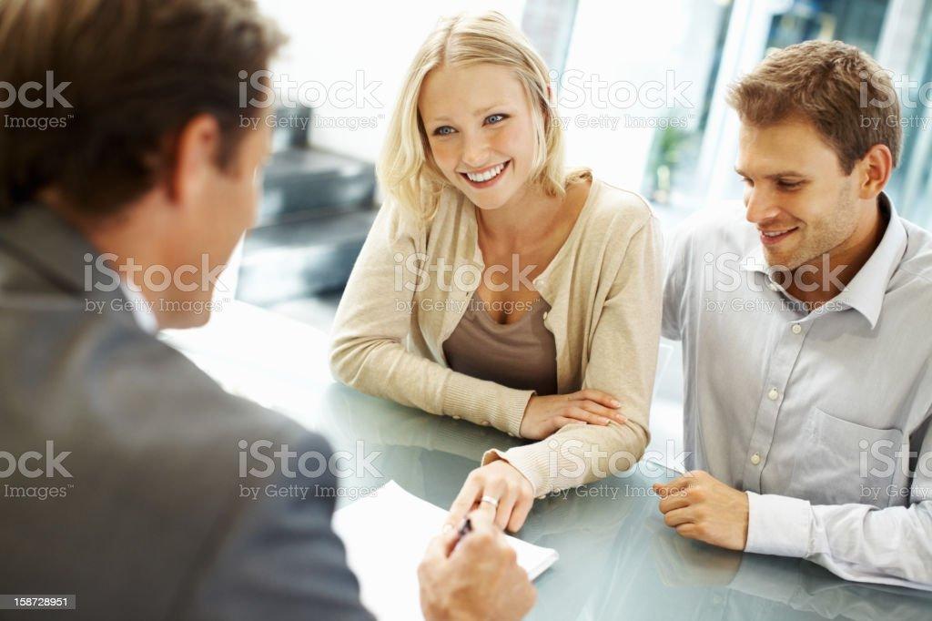 Schöne Geschäftsfrau lächelnd in einer Besprechung – Foto