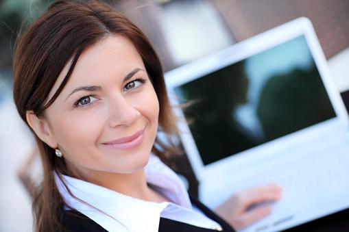 Schöne Businessfrau Mit Laptop Stockfoto und mehr Bilder von Anzug
