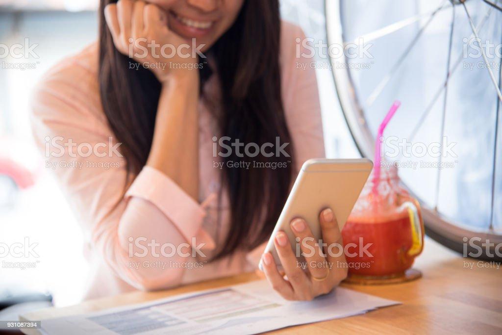 Hermoso trabajo empresaria con el Iphone, teléfono móvil afterwork en la cafetería. - foto de stock