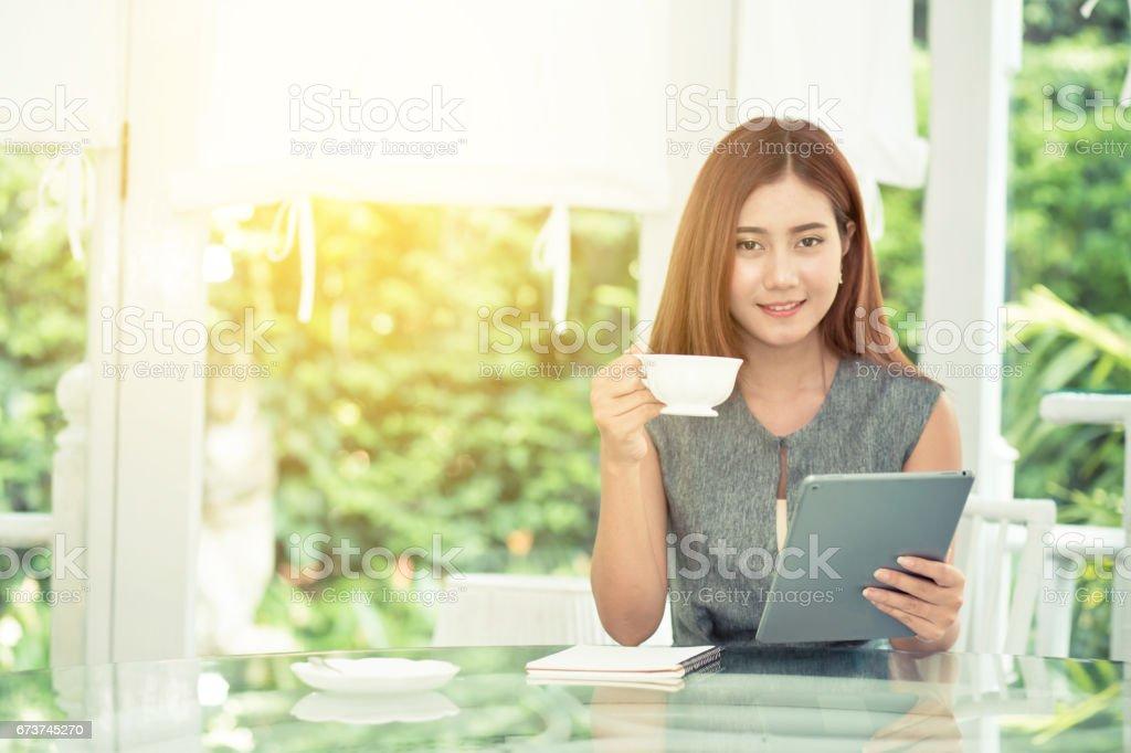 Belle femme d'affaires ont bénéficié dans le jardin avec café et exploitation tablet. photo libre de droits
