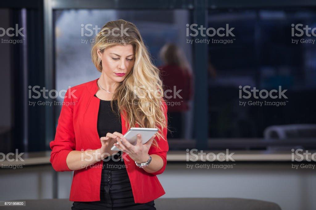 Bela Mulher de negócios usando tablet - foto de acervo