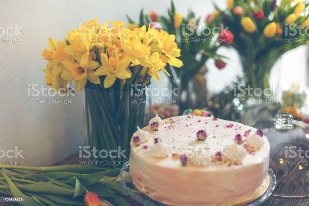 Schöne Kuchen Und Frühling Blumen Lizenzfreies Stock Foto