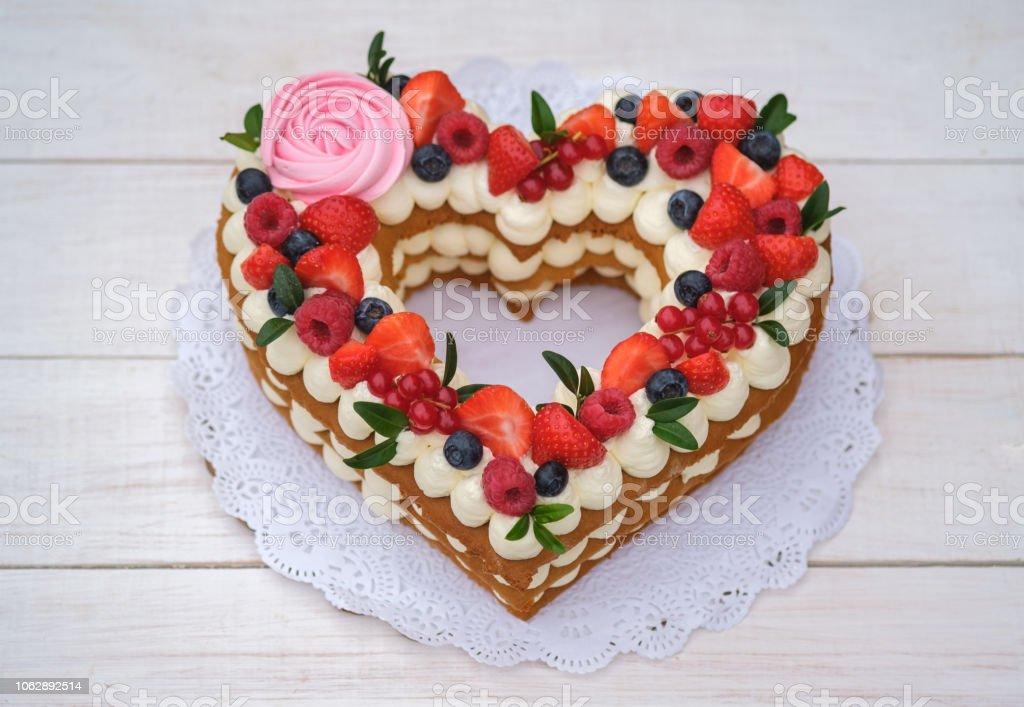 Schöne Kuchen In Der Form Eines Herzens Lizenzfreies Stock Foto