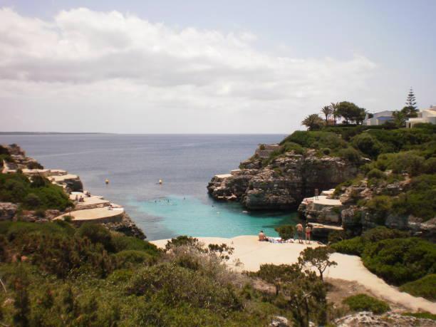 Schöne Cala N Pinsel mit seinem klaren Wasser zwischen blau und grün In Zitadelle auf der Insel Menorca. – Foto