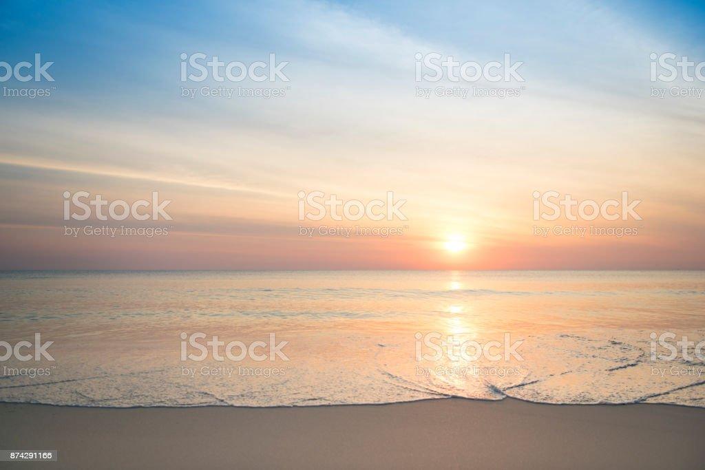 Schöne ruhige Sonnenaufgang, Sonnenuntergang mit warmen Farben, Urlaub Reisen Hintergrund – Foto