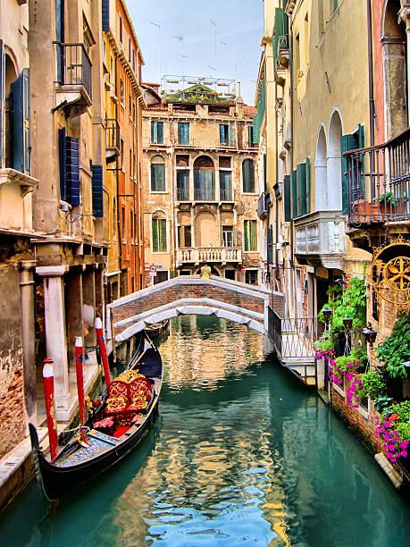 hermoso paisaje góndola, con canal de venecia, italia - venecia fotografías e imágenes de stock