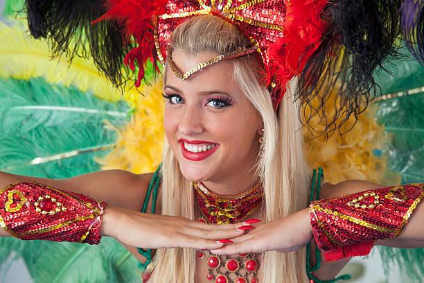 danseur beau carnaval souriant et regardant la caméra. - carnaval de rio photos et images de collection