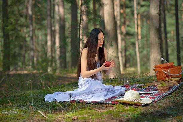 Cтоковое фото Красивая Кавказский женщина на пикник в лесу