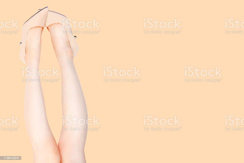 Piernas Medio Caucásica Hermosa Zapatos Beige Usando Sexy Mujer De XTOuiwPZkl