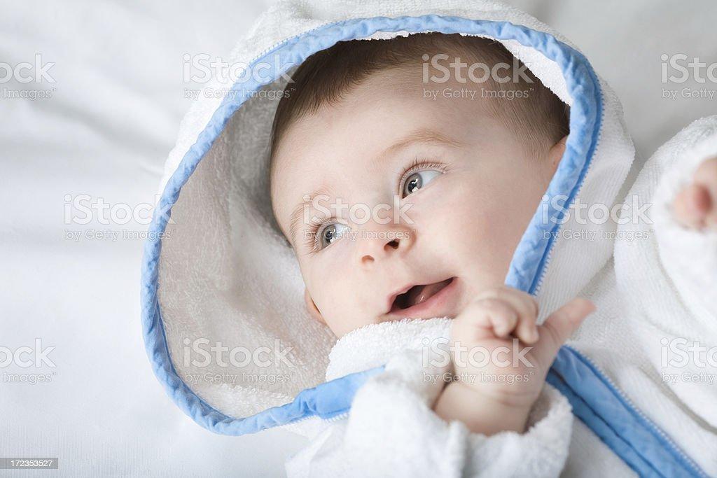 Hermoso Alegre little baby toalla Aislado en blanco, bata de baño foto de stock libre de derechos