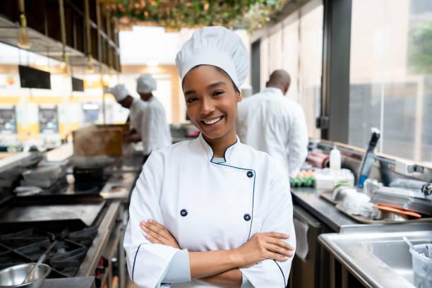 restoranda bir mutfakta çalışan güzel şef - aşçı stok fotoğraflar ve resimler
