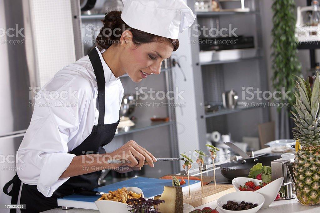 Wunderschöne Chefkoch arbeitet an Gerichten – Foto