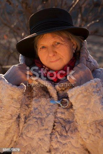 Senior Una De Istock 72420381 Mujer Piel Abrigo Usando anq0q6z1