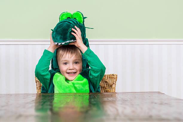 Schönes Kind in Kroko-Kostüm – Foto