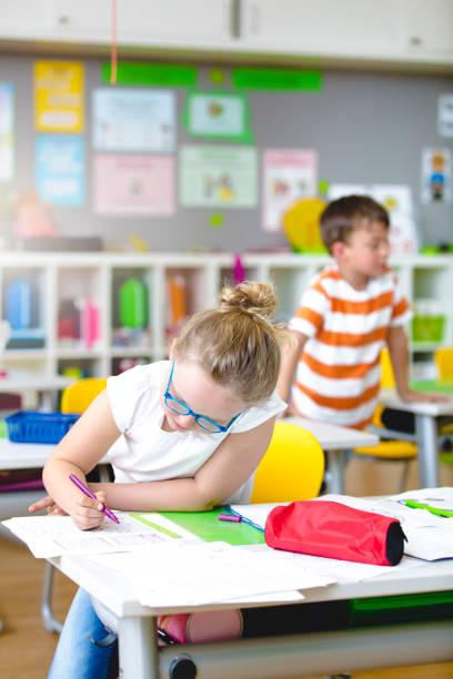 Nachdenklich schönes Kind in der Schule – Foto