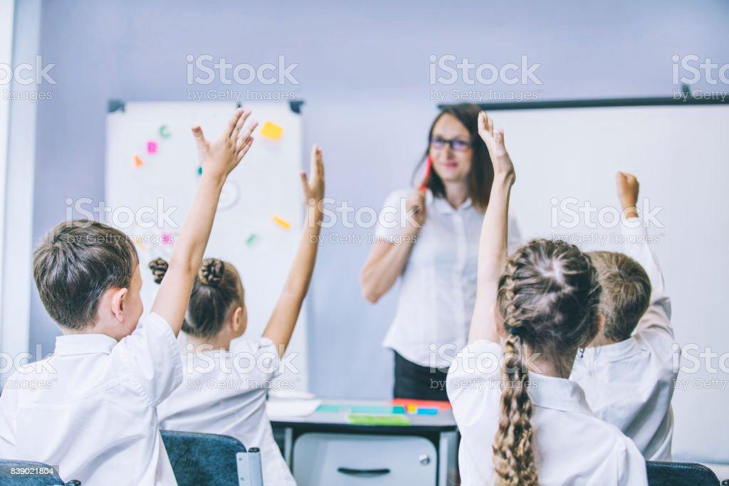 Hermosos hijos son estudiantes en un aula en la escuela la educación con el profesor - foto de stock