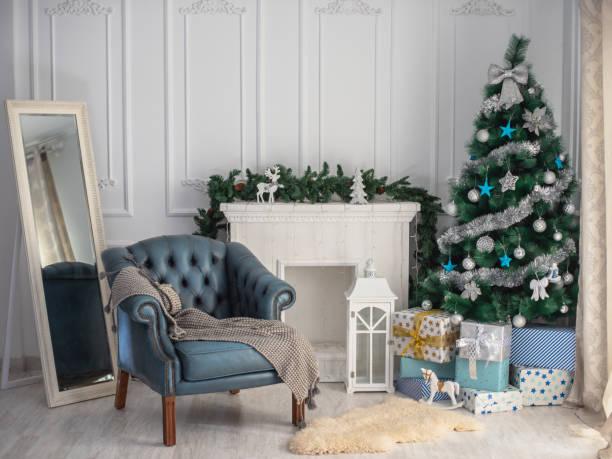 Schöne Weihnachten Hintergrund mit Weihnachtsbaum und blauen Stuhl – Foto