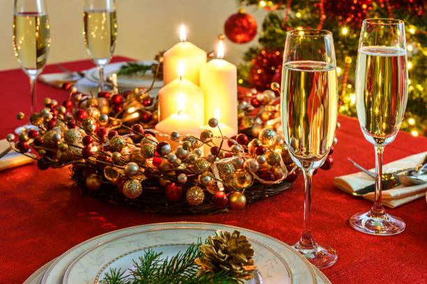 schöne weihnachten tabelle - roten küchentische stock-fotos und bilder