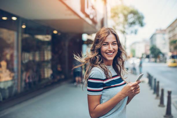 prachtige stad meisje met slimme telefoon - street style stockfoto's en -beelden