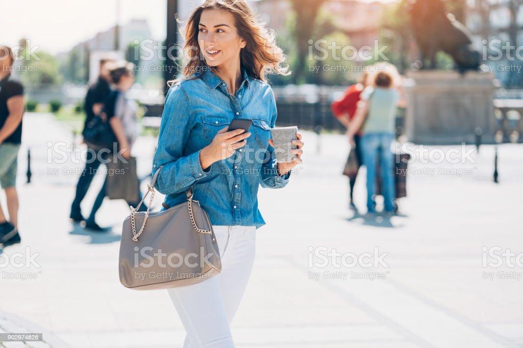 Mujer hermosa ciudad - foto de stock