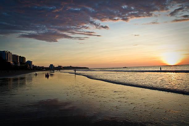 wunderschöne klaren sonnenuntergang im murcielago beach, manta, ecuador - wasserfledermaus stock-fotos und bilder