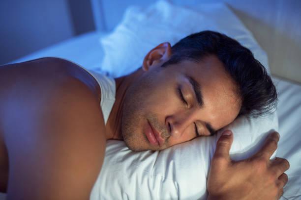 Güzel yakın çekim yakışıklı beyaz yatakta portresi. stok fotoğrafı